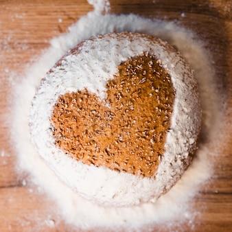 Bovenaanzicht zelfgebakken brood met vorm van hart