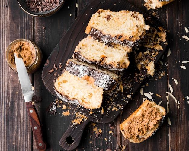 Bovenaanzicht zelfgemaakte bananenbrood op tafel Gratis Foto
