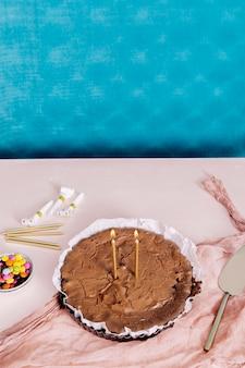 Bovenaanzicht zelfgemaakte chocoladetaart