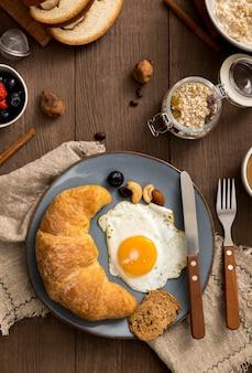 Bovenaanzicht zelfgemaakte croissant met ei op een plaat