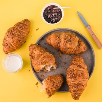 Bovenaanzicht zelfgemaakte croissants met glas melk