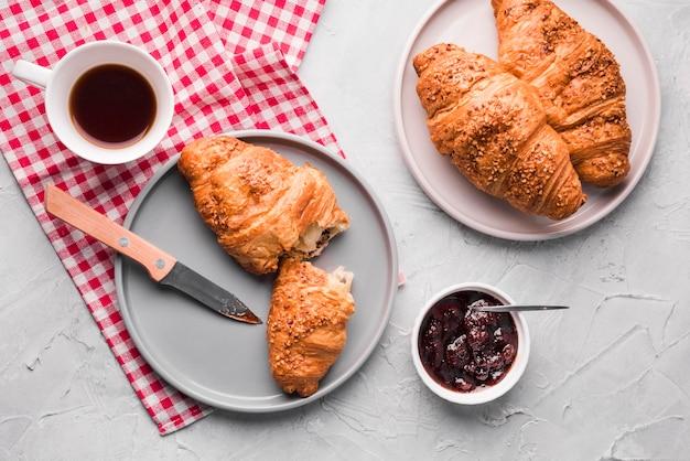 Bovenaanzicht zelfgemaakte croissants met jam