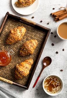 Bovenaanzicht zelfgemaakte croissants op een dienblad