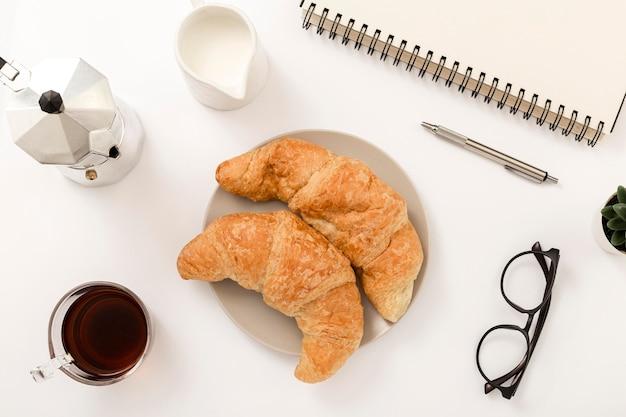 Bovenaanzicht zelfgemaakte croissants op tafel