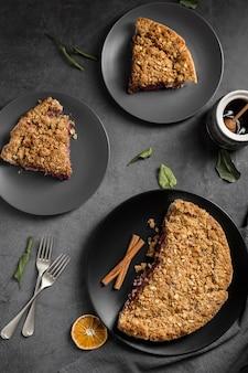 Bovenaanzicht zelfgemaakte gebakken taart op tafel