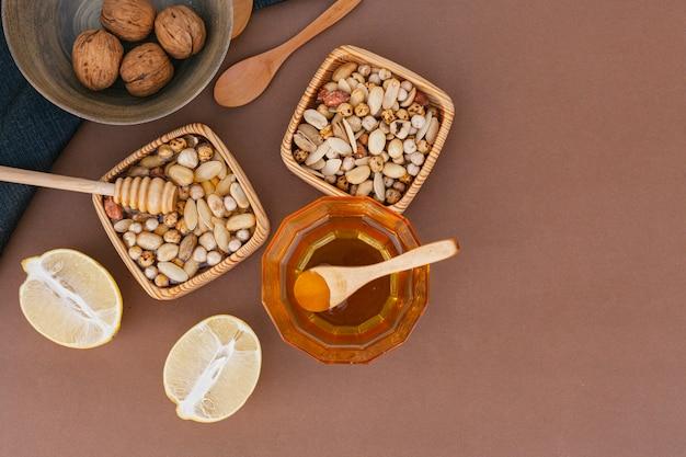 Bovenaanzicht zelfgemaakte honing met noten