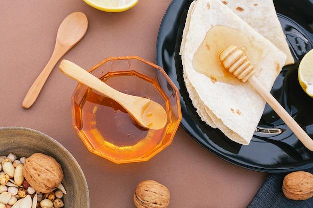 Bovenaanzicht zelfgemaakte honing met tortilla's
