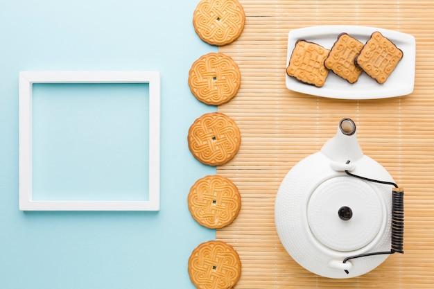 Bovenaanzicht zelfgemaakte koekjes met frame op tafel