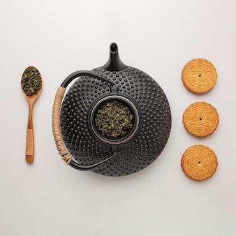 Bovenaanzicht zelfgemaakte koekjes met theepot