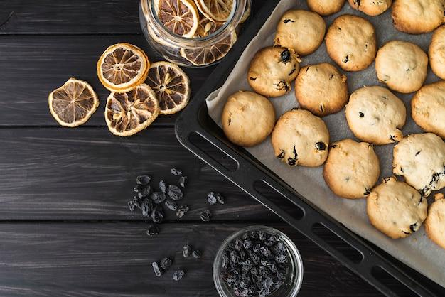 Bovenaanzicht zelfgemaakte koekjes op een dienblad