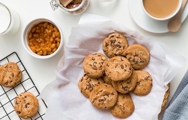 Bovenaanzicht zelfgemaakte koekjes op tafel