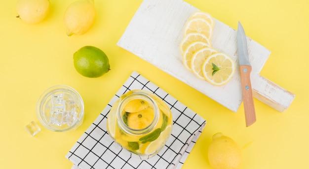 Bovenaanzicht zelfgemaakte limonade op tafel