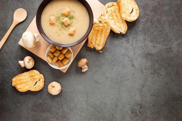 Bovenaanzicht zelfgemaakte soep en toast