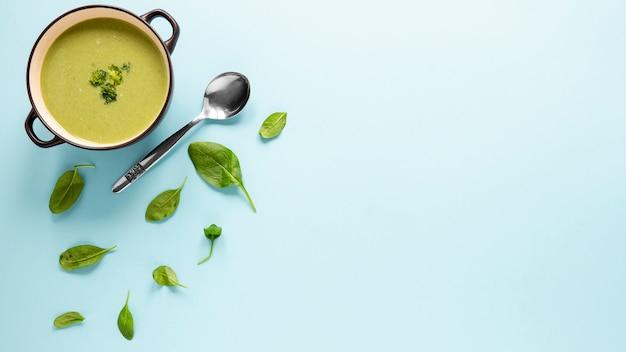 Bovenaanzicht zelfgemaakte soep met broccoli