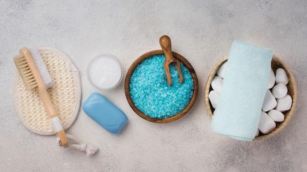Bovenaanzicht zelfgemaakte spa zout en stenen