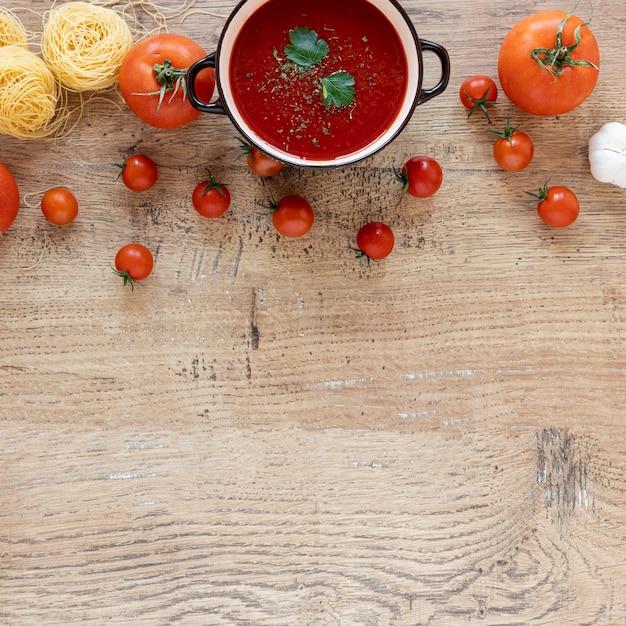 Bovenaanzicht zelfgemaakte tomatensoep en pasta