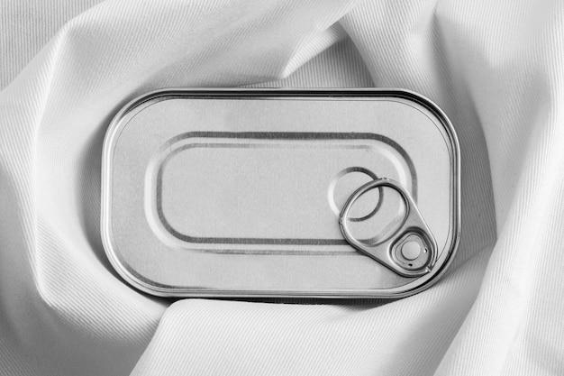 Bovenaanzicht zilveren blikje