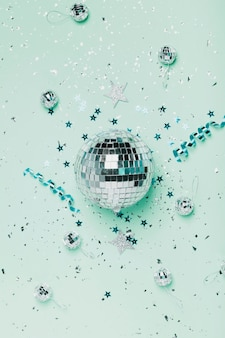 Bovenaanzicht zilveren kerstbal en blauwe achtergrond met linten