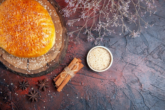 Bovenaanzicht zoet gebakken broodje brood zoals vers bakken op een donkere ondergrond