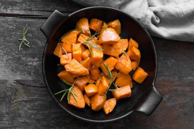 Bovenaanzicht zoete aardappel maaltijd