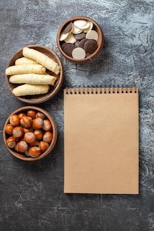 Bovenaanzicht zoete bagels met koekjes en noten op het donkere oppervlak