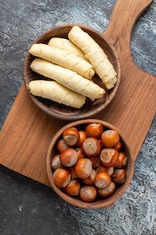 Bovenaanzicht zoete bagels met noten op donkere ondergrond