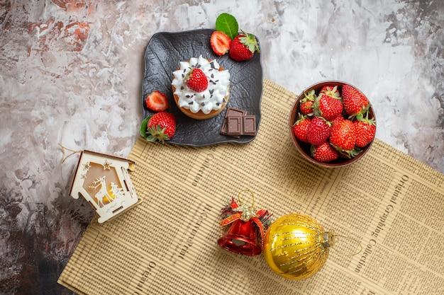 Bovenaanzicht zoete cake met fruit op lichte achtergrond