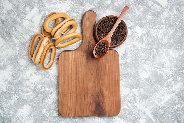 Bovenaanzicht zoete crackers met peper op witruimte