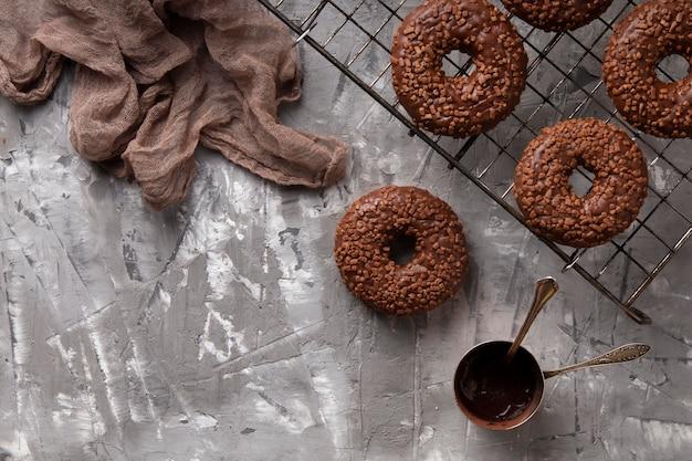 Bovenaanzicht zoete donuts arrangement met kopie ruimte