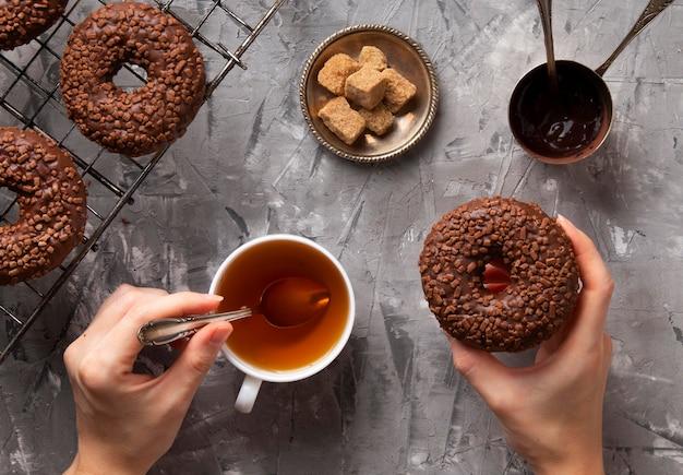 Bovenaanzicht zoete donuts arrangement
