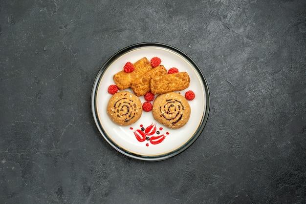 Bovenaanzicht zoete koekjes heerlijke snoepjes voor thee op grijze achtergrond koekjessuiker zoete koektaart