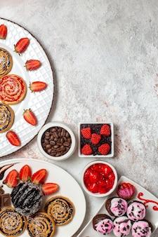 Bovenaanzicht zoete koekjes met chocoladetaart en koekjes op witte achtergrond cookie biscuit suiker thee zoete cake
