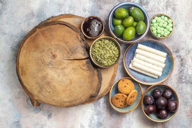 Bovenaanzicht zoete koekjes met fruit op lichte achtergrondfoto theedessert