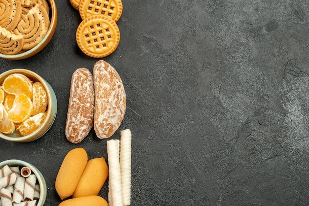 Bovenaanzicht zoete koekjes met koekjes en fruit op grijze achtergrond
