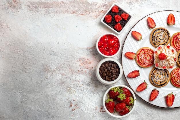 Bovenaanzicht zoete koekjes met koekjes op witte achtergrond cookie biscuit suiker thee zoete cake