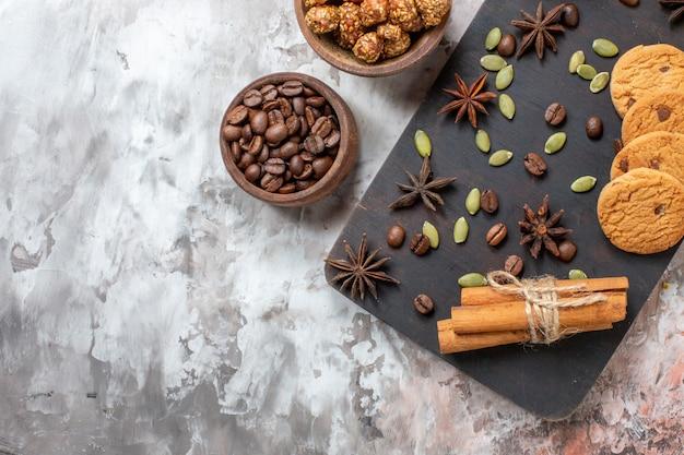 Bovenaanzicht zoete koekjes met koffie en walnoten op de lichttafel