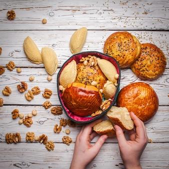 Bovenaanzicht zoete koekjes met qoqal en keta en shekerbura in nationale hoed