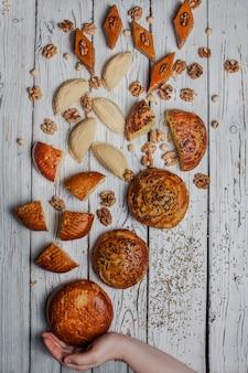 Bovenaanzicht zoete koekjes met qoqal en keta en shekerbura