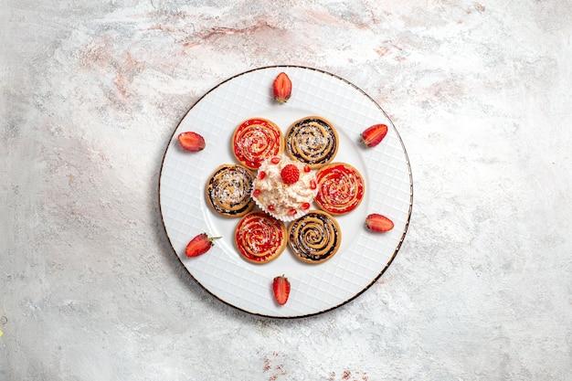 Bovenaanzicht zoete koekjes ronde gevormd binnen plaat op witte achtergrond zoete koekje suiker cake cookie