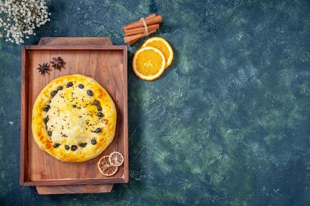 Bovenaanzicht zoete taart in houten bureau op donkerblauwe achtergrond taart taart bak dessert gebak koekje fruit hotcake vrije ruimte