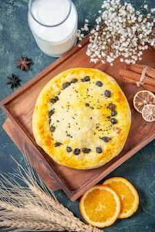 Bovenaanzicht zoete taart met melk op donkerblauwe achtergrond hotcake fruit bak taart taart koekje dessert gebak bak