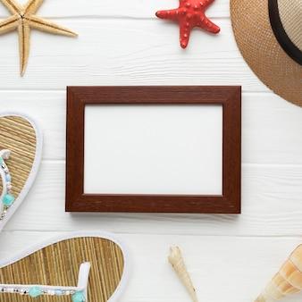Bovenaanzicht zomer hoed met frame op tafel