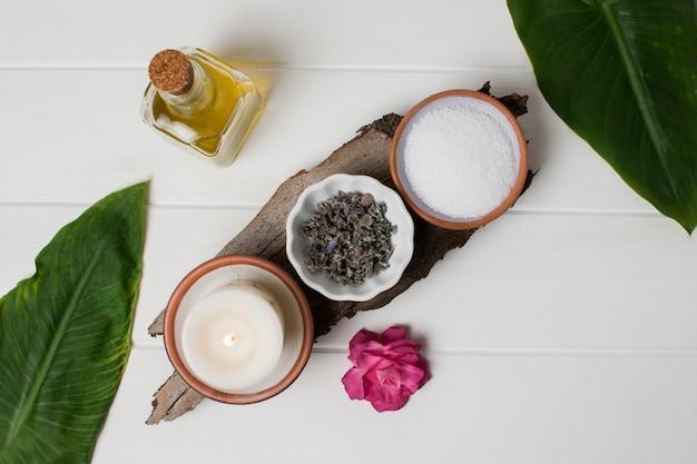 Bovenaanzicht zout en kaars arrangement