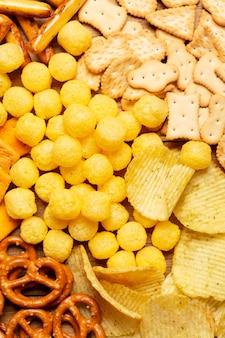 Bovenaanzicht zout snacks arrangement