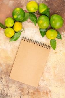 Bovenaanzicht zure groene mandarijnen op de lichte achtergrond