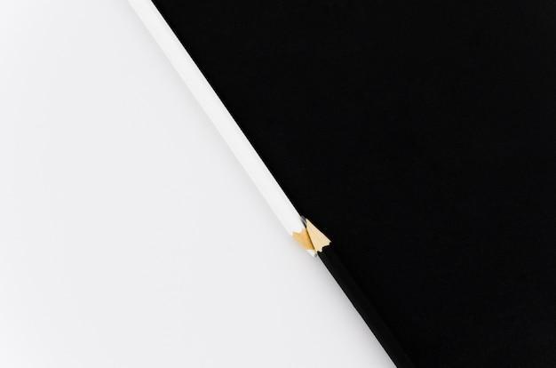 Bovenaanzicht zwart-wit paar potloden