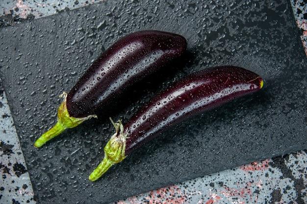 Bovenaanzicht zwarte aubergine op lichte ondergrond kleur vers diner rijp salade groente