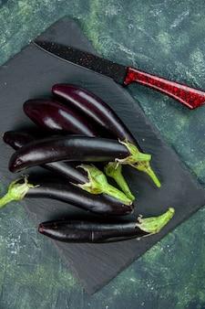 Bovenaanzicht zwarte aubergines op een donkere ondergrond salade verse kleur groente rijp voedsel diner maaltijd