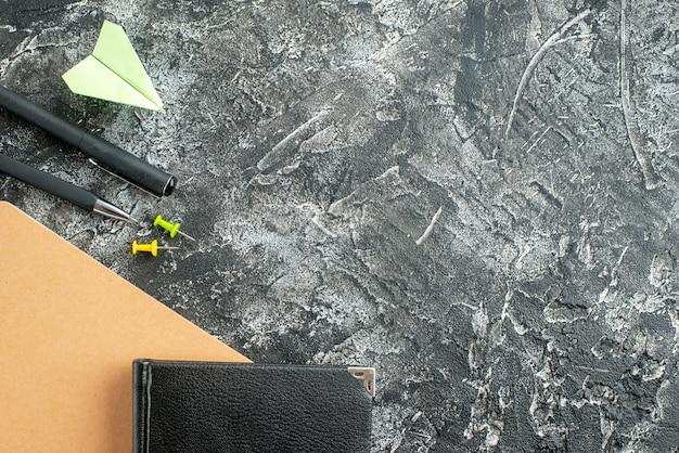 Bovenaanzicht zwarte blocnote met potloden op grijze achtergrond baan schrift school student bedrijf college plan werk kleur