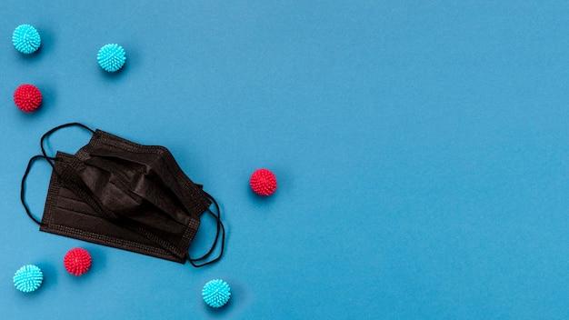 Bovenaanzicht zwarte medische maskers en decoratieve ballen met kopie-ruimte